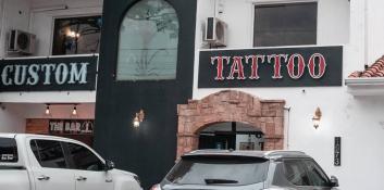 El arte del tatuaje de la mano de Custom Tattoo